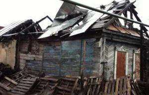 Разбор старой постройки на доски